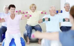 benefici attività fisica anziani, attività motoria per anziani, esercizi attività fisica anziani, ginnastica per anziani esercizi, esercizi in palestra per anziani, sport adatti agli anziani, attività motoria nella terza età, anziani e sport
