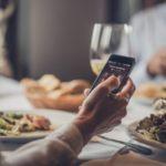 Usare lo smartphone a tavola fa ingrassare